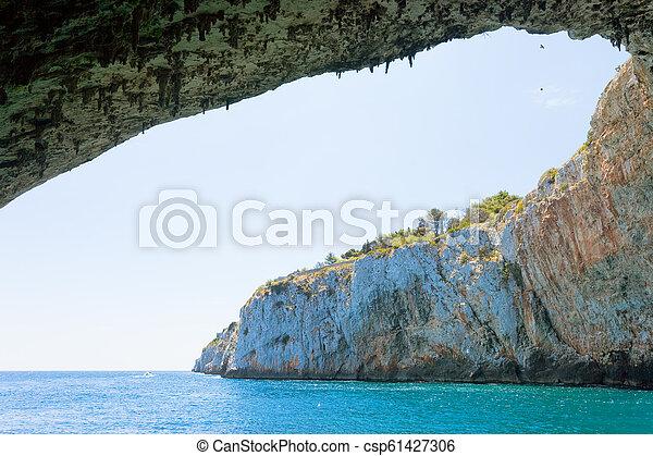 Apulien, Grotta Zinzulusa - fliegende Vögel am gigantischen Höhlenbogen der Grotte Zinzulusa - csp61427306