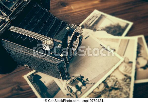 Vintage-Kamera aus Holz - csp19769424
