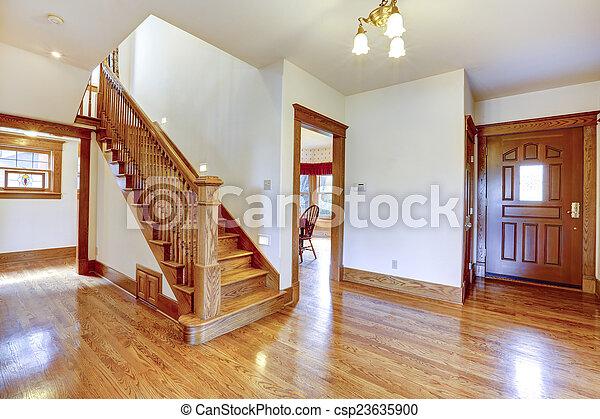 Hölzern gang eingang leerer treppenaufgang. gang eingang