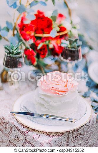 Holzern Hintergrund Hochzeit Kuchen Weisse Blumen Dekoriert