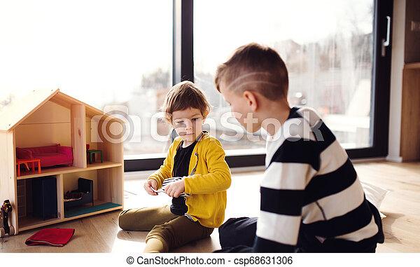 hölzernes haus, zwei, spielende , innen, home., kinder, glücklich - csp68631306
