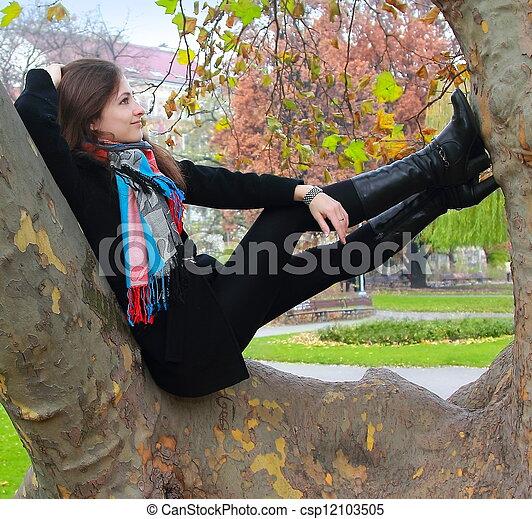 höst, kvinna avkopplande, tänkande, träd, uppe, se, färg, le - csp12103505
