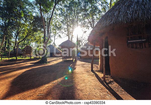 Traditionelle, Stammeshütte kenianischer Leute - csp43390334