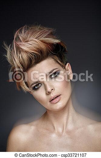 Haarschnitt Kurz Dame Gefärbt Hübsch