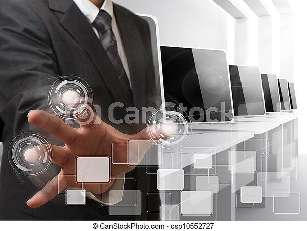 El hombre de negocios controla la sala de computadoras - csp10552727