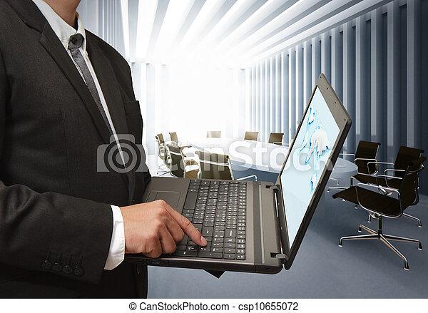 Hombre de negocios usando computadora portátil en la sala de juntas - csp10655072