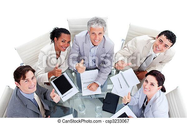 Gente exitosa de negocios internacional sentada en una sala de reuniones - csp3233067