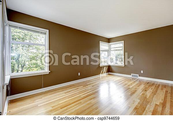 Cuarto vacío con paredes marrón y piso de madera. - csp9744659