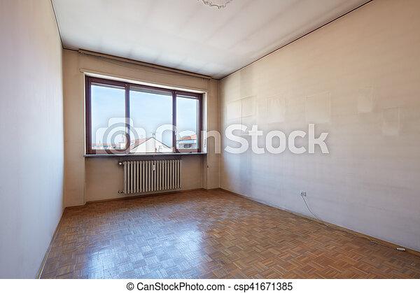 Interior vacío con suelo de madera, paredes sucias - csp41671385