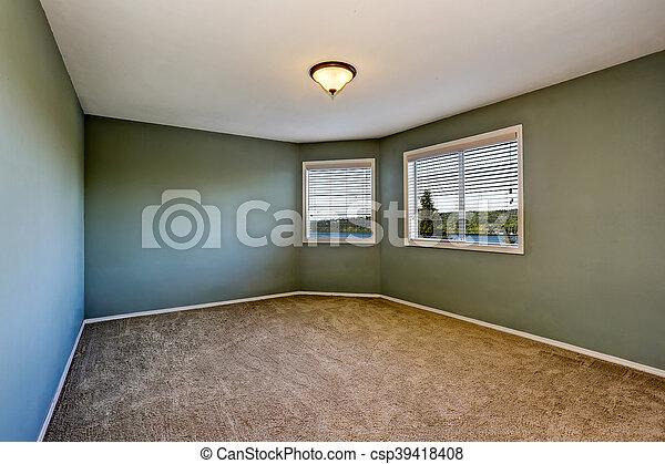 Interior vacío con paredes verdes y suelo de alfombra - csp39418408