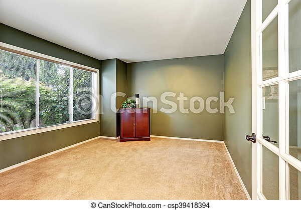 Interior vacío con paredes verdes y suelo de alfombra - csp39418394