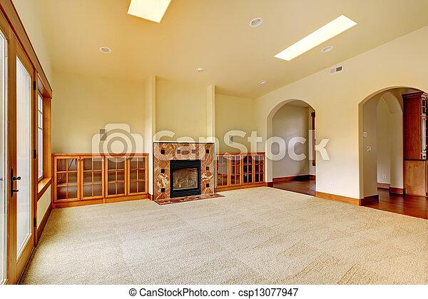 Una gran habitación vacía con chimenea y estantes. Nuevo interior de lujo. - csp13077947