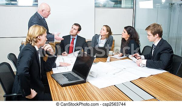El jefe habla - csp2563744