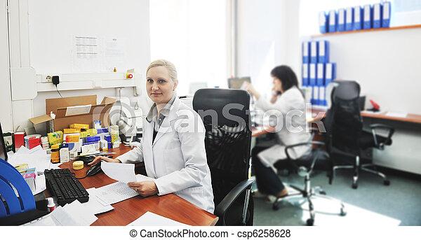 Un farmacéutico hablando por teléfono - csp6258628