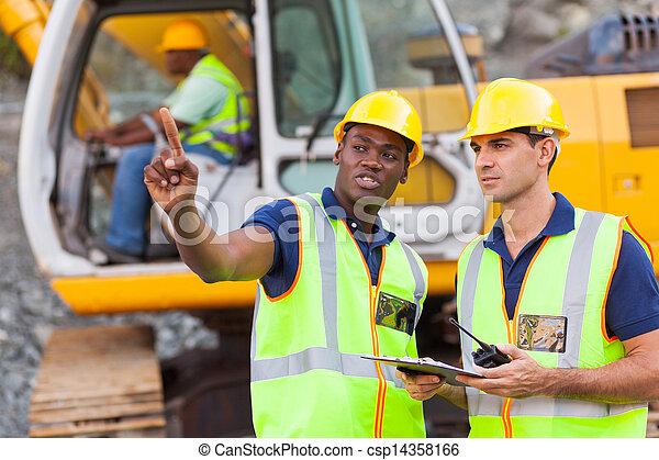 Los compañeros hablan en la construcción - csp14358166