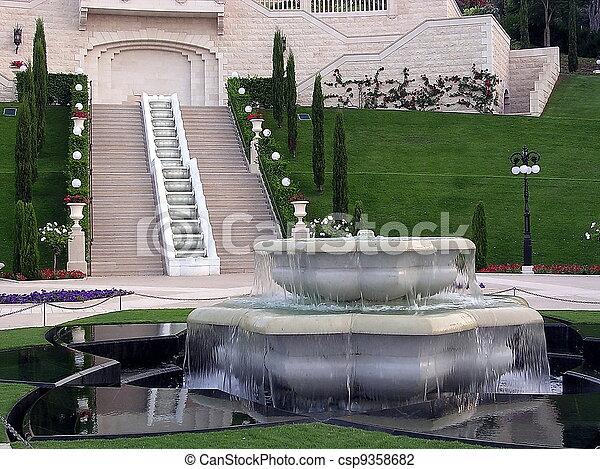 La fuente de los jardines Haifa Bahai - csp9358682