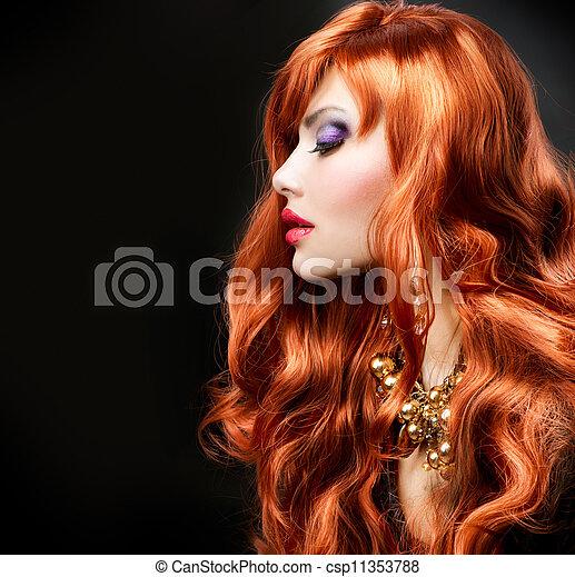 Un retrato de chica pelirroja sobre negro - csp11353788
