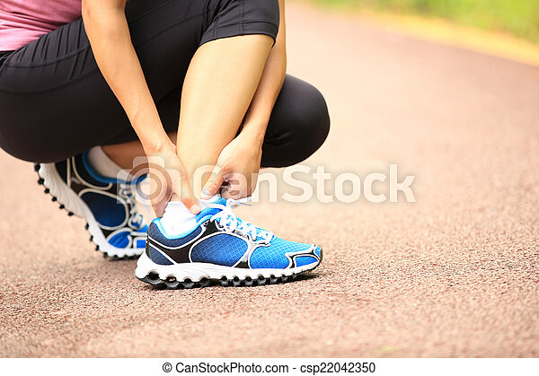 Frau Läufer hält ihren verdrehten Knöchel - csp22042350