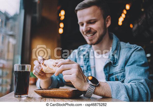 hamburgare, sittande, restaurang, ung, äta, man - csp46875282