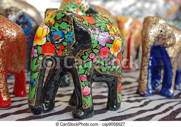 Esculturas de elefantes de madera - csp9056627