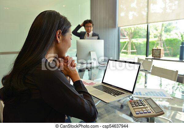 handlowy, ekran, asian, czysty, używający laptop, kobiety - csp54637944