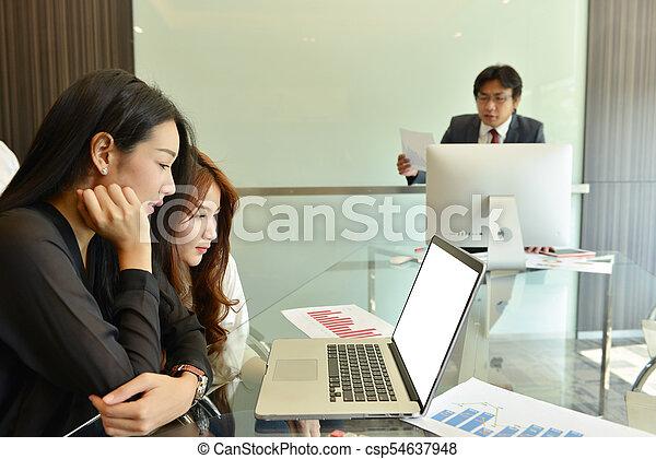 handlowy, ekran, asian, czysty, używający laptop, kobiety - csp54637948