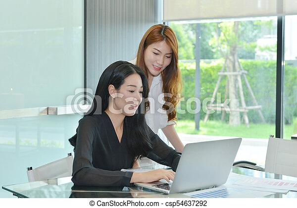 handlowy, inny, asian, każdy, dyskutując, kobiety - csp54637292