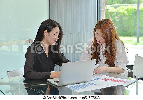handlowy, inny, asian, każdy, dyskutując, kobiety - csp54637333