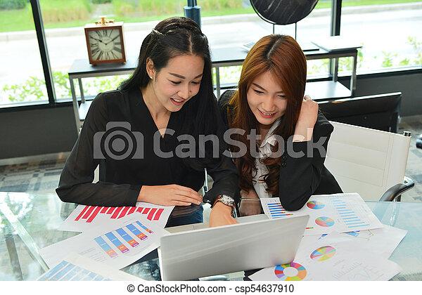 handlowy, pracujący, laptop, asian, używając, kobiety, spotkanie pokój - csp54637910