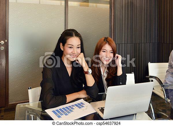 handlowy, pracujący, laptop, asian, używając, kobiety, spotkanie pokój - csp54637924