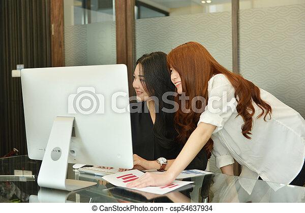 handlowy, pracujący, laptop, asian, używając, kobiety, spotkanie pokój - csp54637934