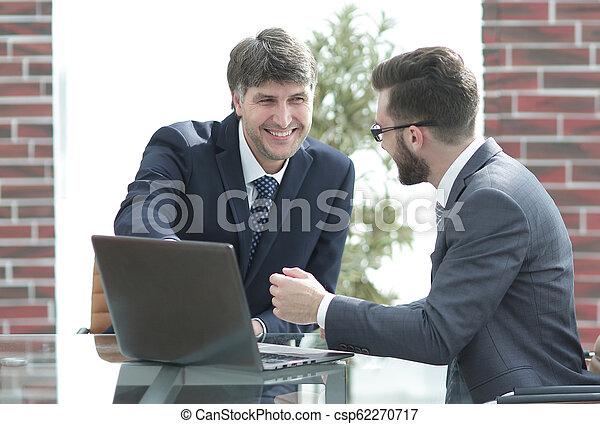 handlowy, pracujący, laptop, dwa, razem, biznesmeni, używając, biuro spotkanie - csp62270717