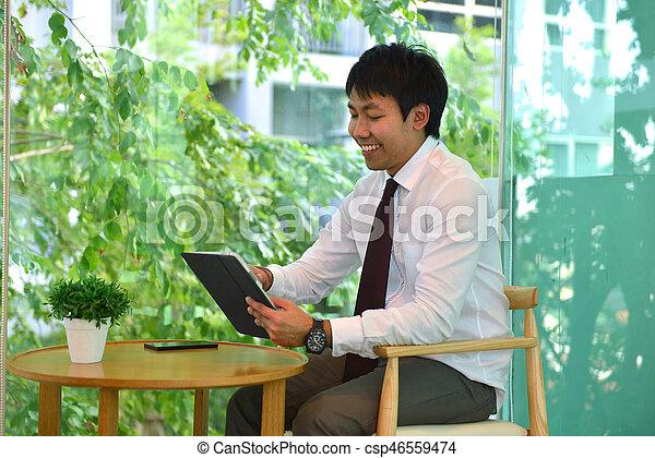 handlowy, taplet, osoba, asian, używając, uśmiechnięty człowiek - csp46559474