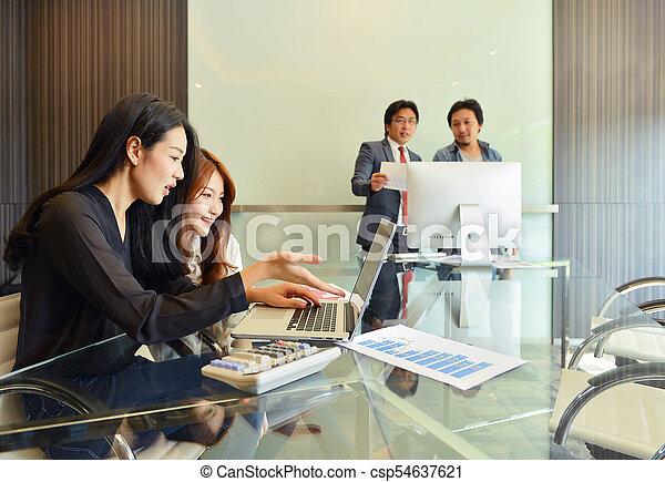 handlowy zaludniają, inny, asian, każdy, dyskutując - csp54637621