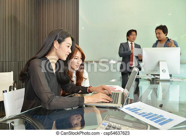 handlowy zaludniają, inny, asian, każdy, dyskutując - csp54637623