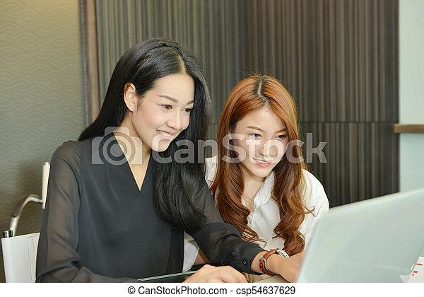 handlowy zaludniają, inny, asian, każdy, dyskutując - csp54637629