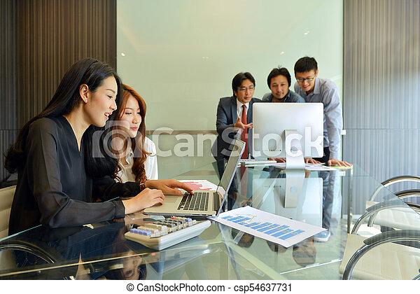 handlowy zaludniają, inny, asian, każdy, dyskutując - csp54637731