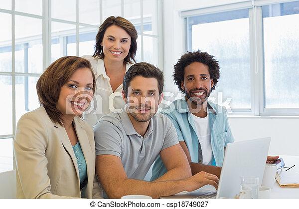 handlowy zaludniają, laptop, używając, uśmiechanie się, spotkanie - csp18749027