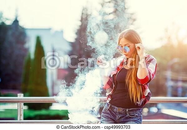 hanglejtés, nő, city., image., elengedés, felett, fiatal, vapor., este, csípőre szabott, meglehetősen, vaping, napnyugta, felhő - csp49993703