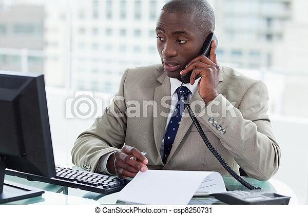 hans, entreprenör, se, ringa, medan, dator, rop, tillverkning - csp8250731