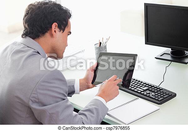 hans, kigge, forretningsmand, tablet, kontor - csp7976855