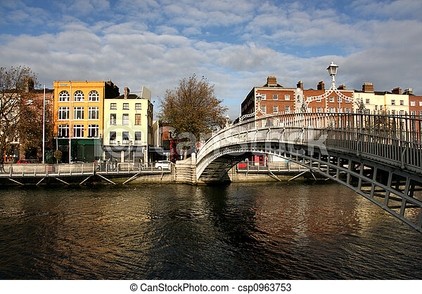 Ha\\\'penny bridge in Dubli - csp0963753