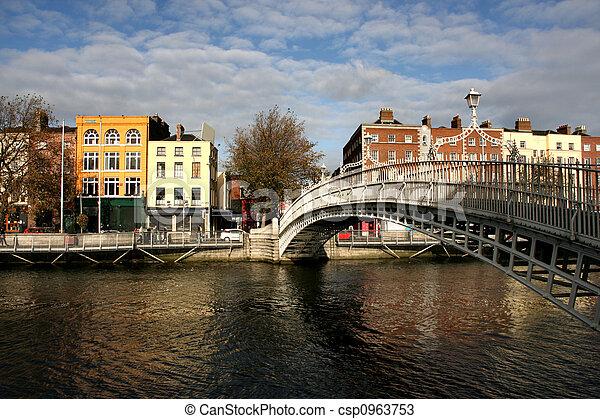 Ha\\\'penny bridge in Dubli - csp0963753