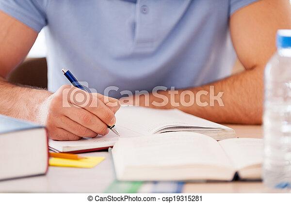 hard., zittende , studerend , beeld, bebouwd, schrijvende , aantekening, terwijl, blok, iets, student, bureau - csp19315281