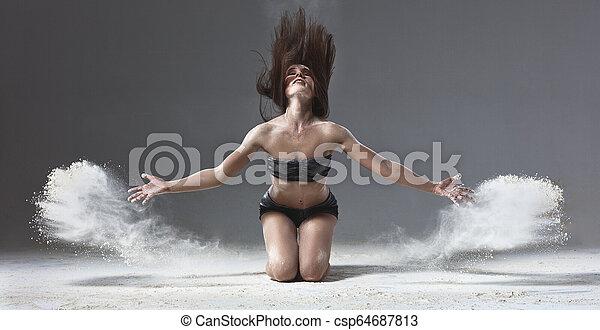 Bailarina de ballet saltando con harina - csp64687813