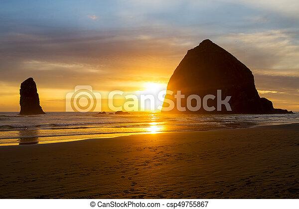 Sunset by Tillck rock en Cannon Beach - csp49755867