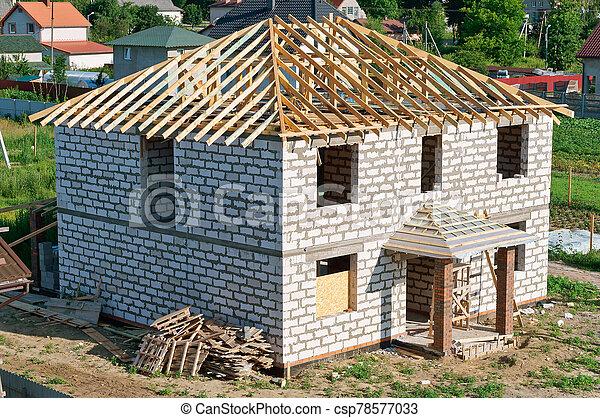 haus, unfertig, weißes, dach, mauerstein, baugewerbe - csp78577033