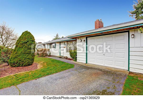 haus, zufahrt, garage - csp21365629