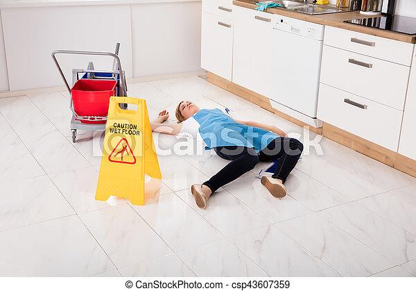 Hausgehilfin kueche liegen wurde ohnm chtig boden for Boden liegen