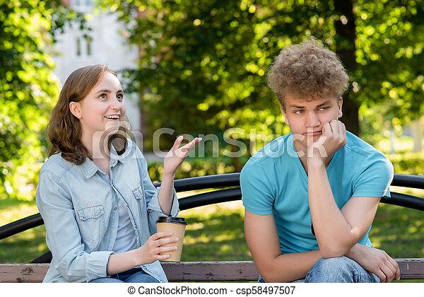 haut., été, listen., parler., fatigué, heureusement, nature., continue, parc, regarder, type, vouloir, pas, émotif, fille souriant, parler, homme - csp58497507